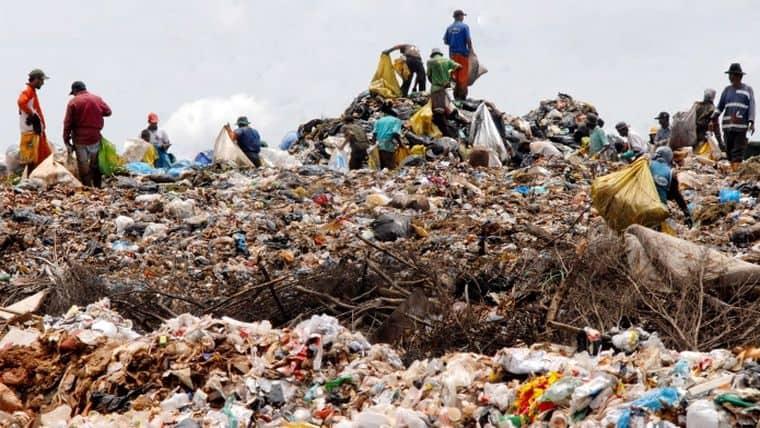 Πλαστικά σκουπίδια μετατρέπονται σε βενζίνη με νέα τεχνολογία