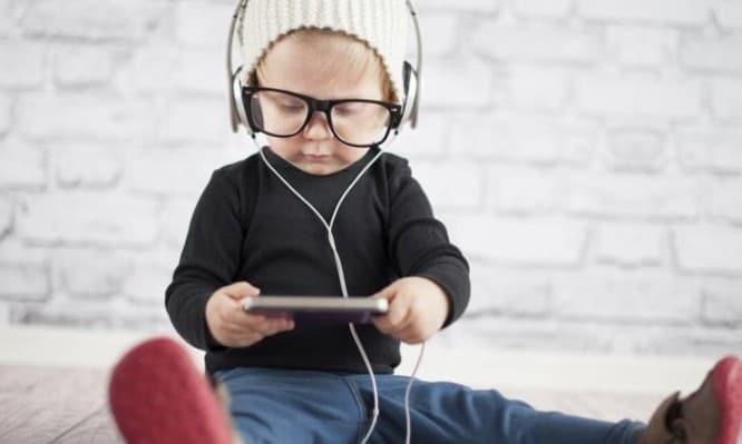 Ποια μουσική βοηθάει τη γλωσσολογική ανάπτυξη του παιδιού