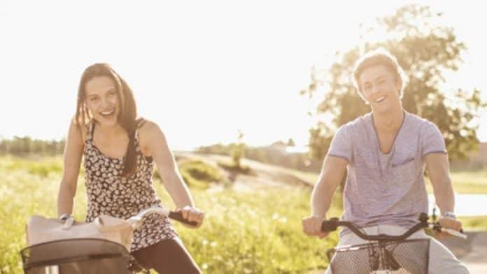 Η αγάπη και η έλλειψη άγχους φέρνουν περισσότερη ευτυχία από μία αύξηση