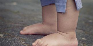 Επιτρέπεται το παιδί μου να περπατάει ξυπόλυτο