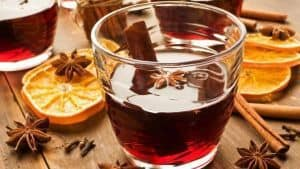 Ζεστό κόκκινο κρασί με άρωμα μπαχαρικών | Tο ποτό των Χριστουγέννων